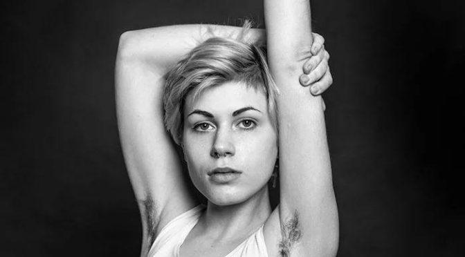 Фотограф оспаривает стандарты красоты, фото девушек с небритыми подмышками