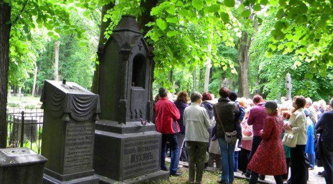 Веселые экскурсии по кладбищу проходят в Риге