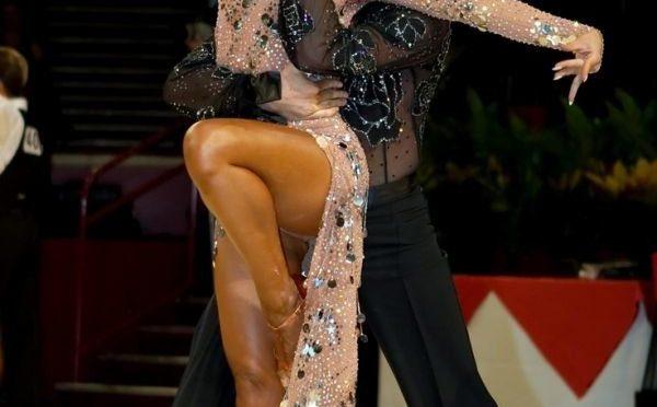 Из-за этого платья танцовщицы судьи подарили паре победу. Зрители опешили!