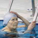 Бабушку с позором выгнали из бассейна, увидев купальник. Взгляните сами…