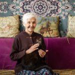 Люди просто помогали одинокой старушке. Спустя 10 лет она их отблагодарила