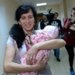 Эта женщина в 67 лет родила ребенка! Только взгляните на малыша…