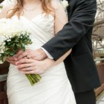 По традиции невеста бросила букет в реку. Через секунду гости обомлели…