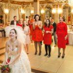 Гости на свадьбе кричали от ужаса, после того как невеста бросила букет…