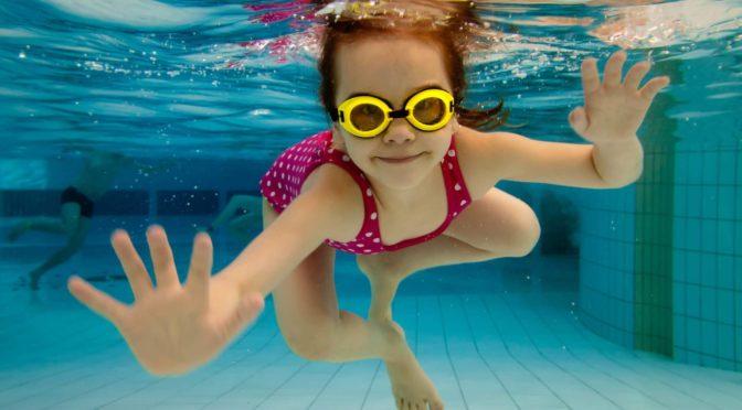 Папа снимал дочку под водой. Вдруг он побледнел, увидев рядом с девочкой…