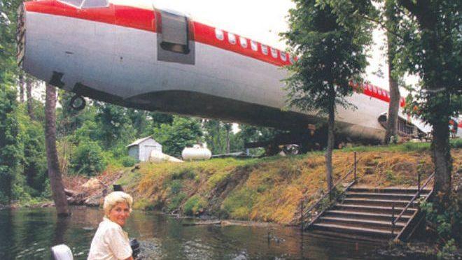 Женщина нашла старый самолет и переехала туда жить. Посмотрите что внутри!